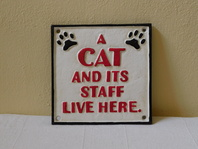 A CAT AND ITS STAFF LIVE HERE - LITINOVÁ CEDULE